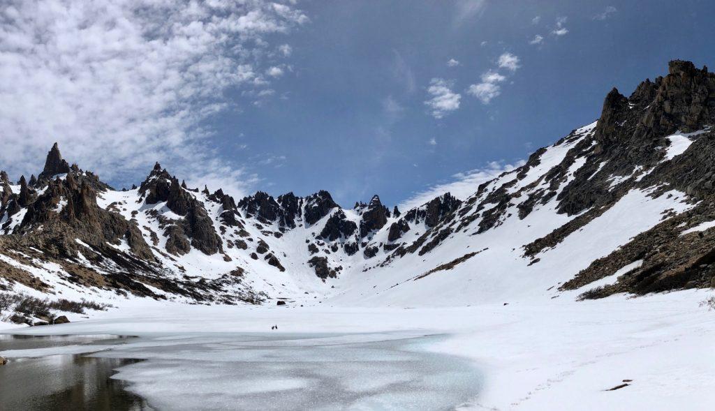 Berge über Berge an der Laguna Toncek bei Bariloche in Argentinien.