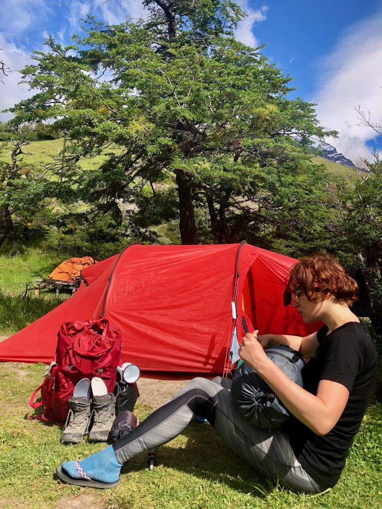 Sachen packen im Campamento Torres/Base im Nationalpark Torres del Paine.