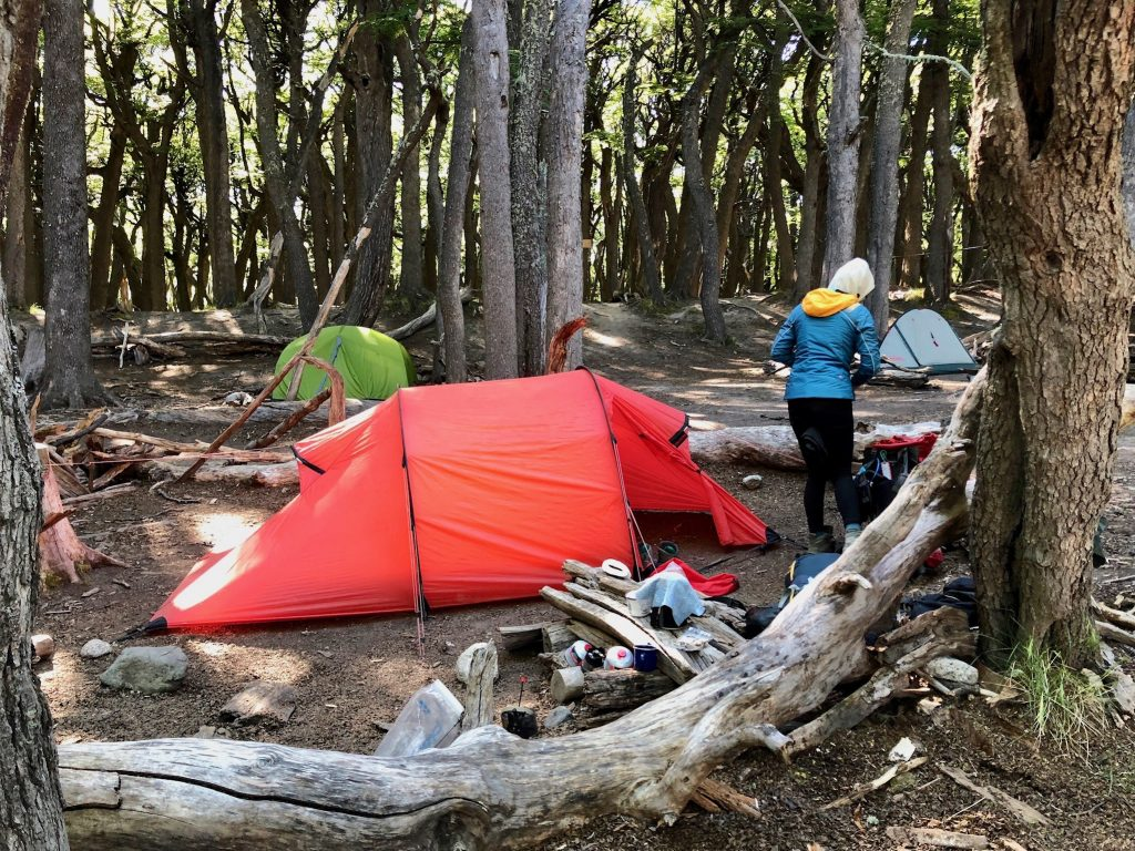Rotes Zelt von Hilleberg im Wald auf dem Campamento Poincenot bei El Chaltén.