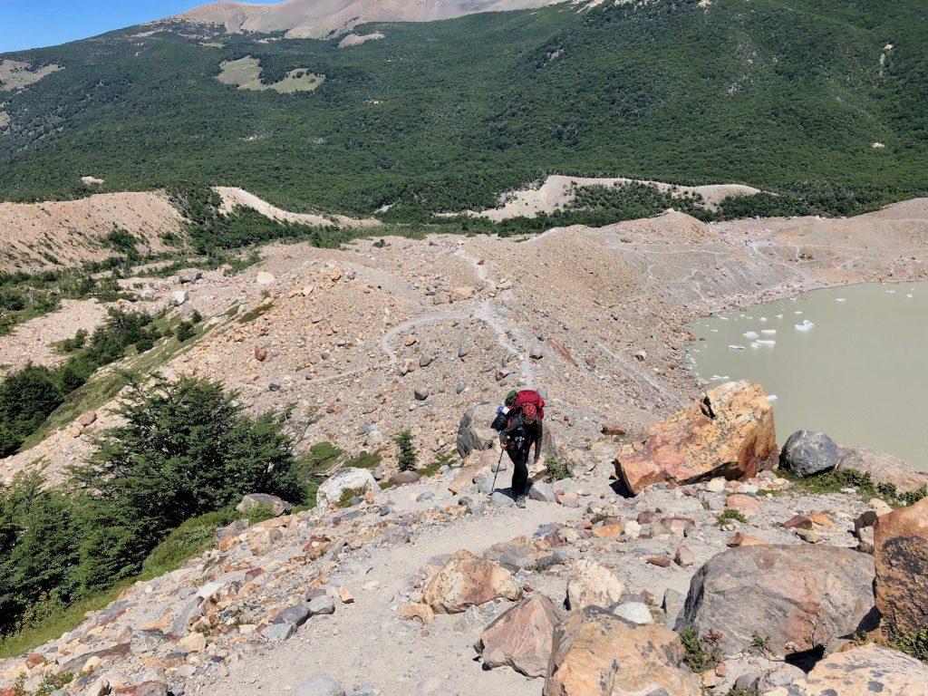 Charlotte vom Blog Rausgier steigt über Geröll nach oben zu einem Aussichtspunkt auf den Gletscher Grande in Argentinien.