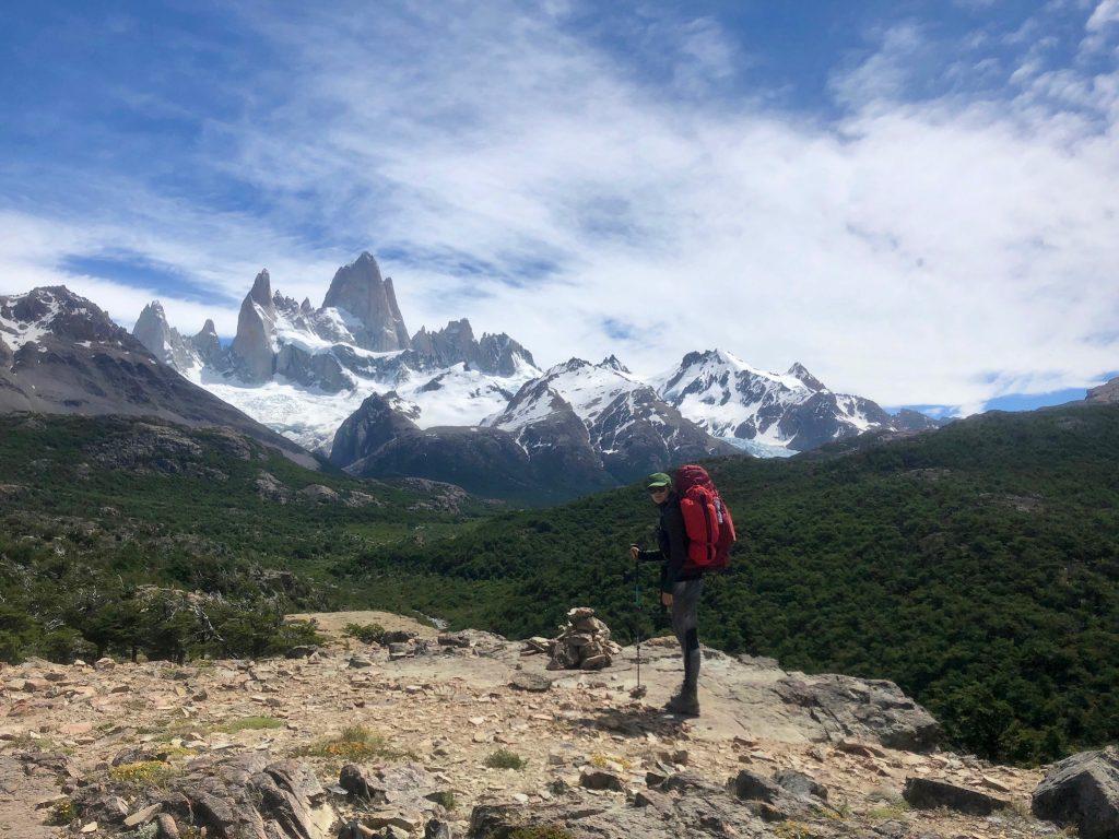 Ausblick auf das Massiv des Mount Fitz Roy bei El Chaltén mit Charlotte vom Rausgier Blog und ihrem roten Trekkingrucksack.