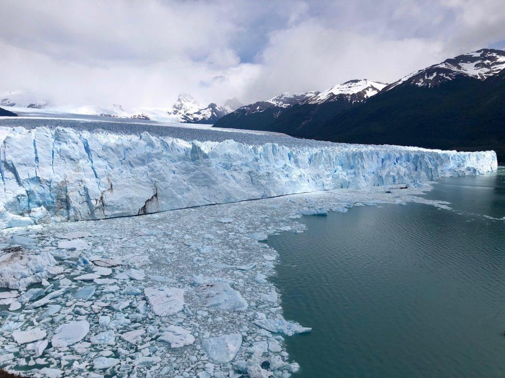 Der Gletscher Perito Moreno in Argentinien in einer seitlichen Aufnahme, blauschimmernd.