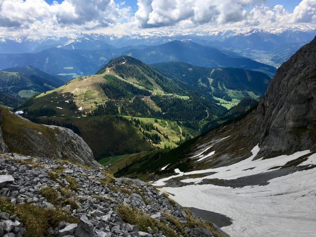Die große Wandergruppe hätte darauf keine Lust gehabt: Schnee beim Aufstieg aufs Hochplateau.