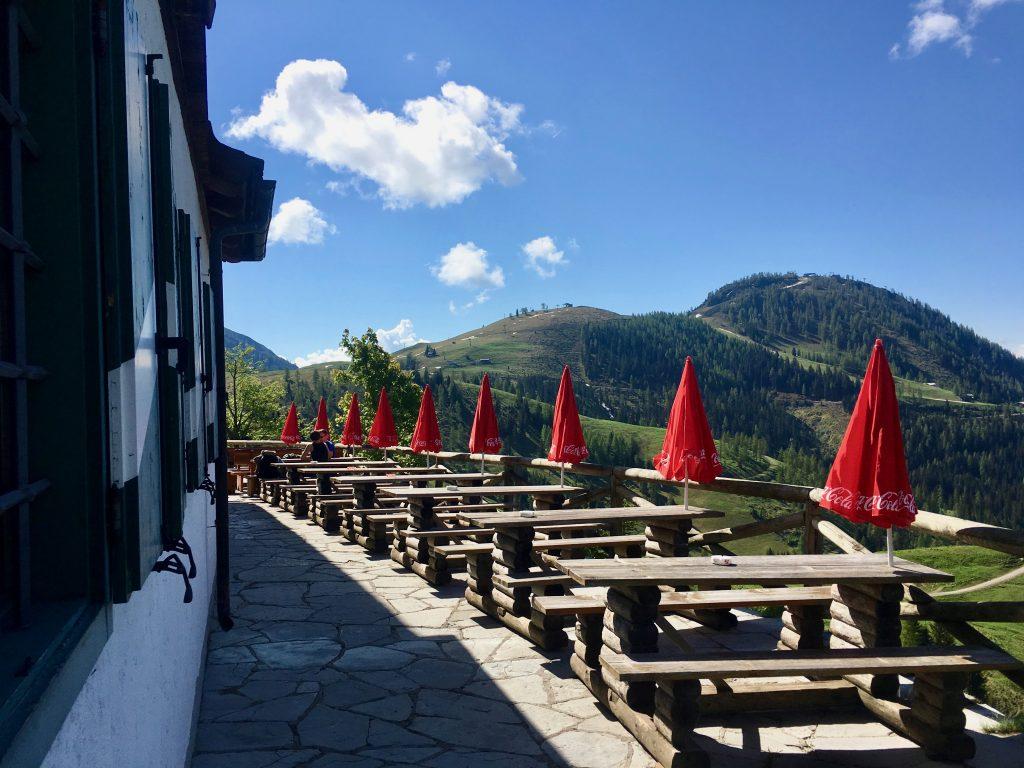 Die Terrasse des Dr.-Heinrich-Hackel-Hütte bietet grandiose Aussicht auf die grüne Bischlinghöhe und viel Platz für großen Appetit.