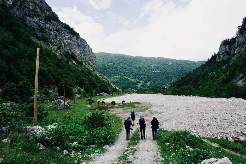 Trekker auf einem Geröllweg auf dem Weg in die nächste Stadt – auf dem Peaks of the Balkans Trail.