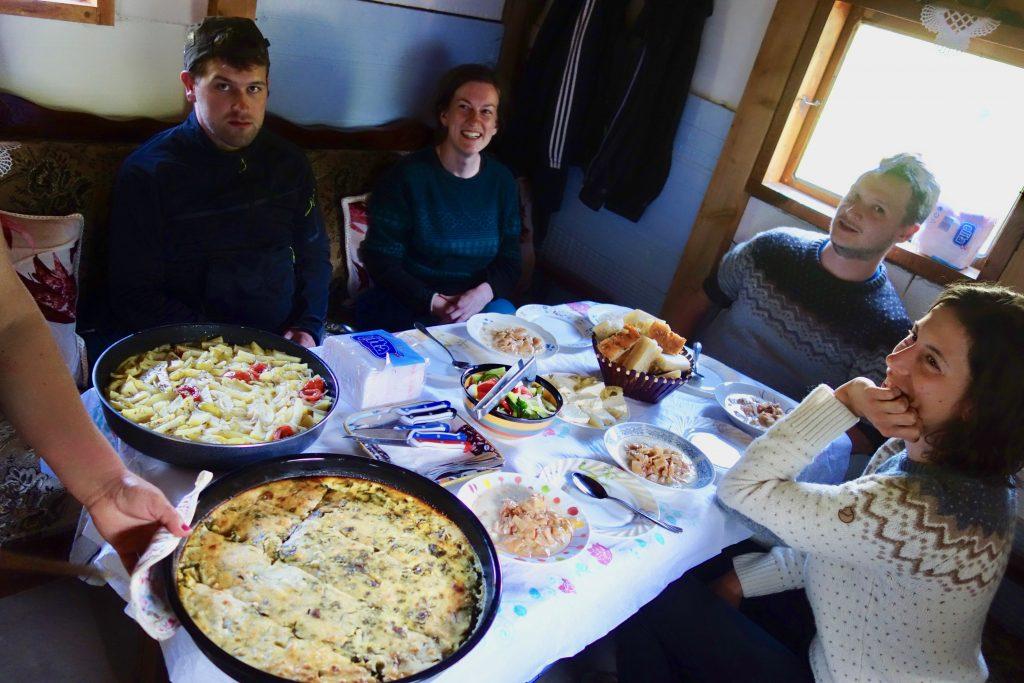 Reichhaltiges Abendessen am vollbesetzten Tisch mit vier Trekkingreisenden auf dem Peaks of the Balkans.