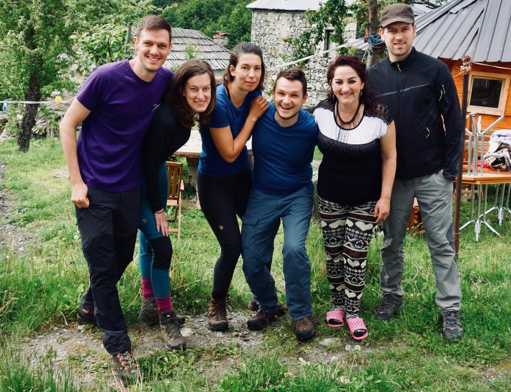 Gruppenbild der fünf Trekker des Peaks of the Balkans mit der Gastgeberin Flora.