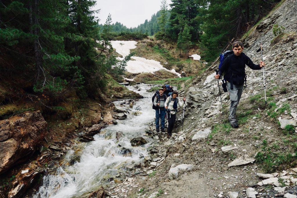Ein Fluss wird von Gebirgstrekkern gequert.