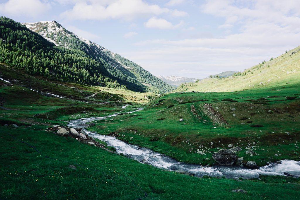 Aussicht auf dem Peaks of the Balkans mit Fluss.