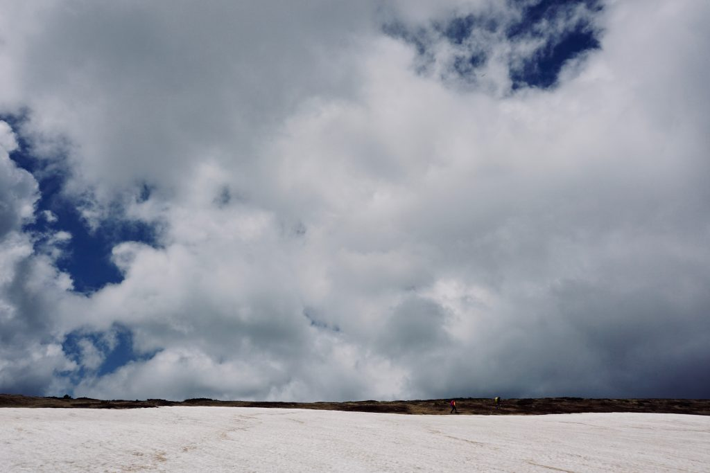 Schneefeld auf dem Peaks of the Balkans.