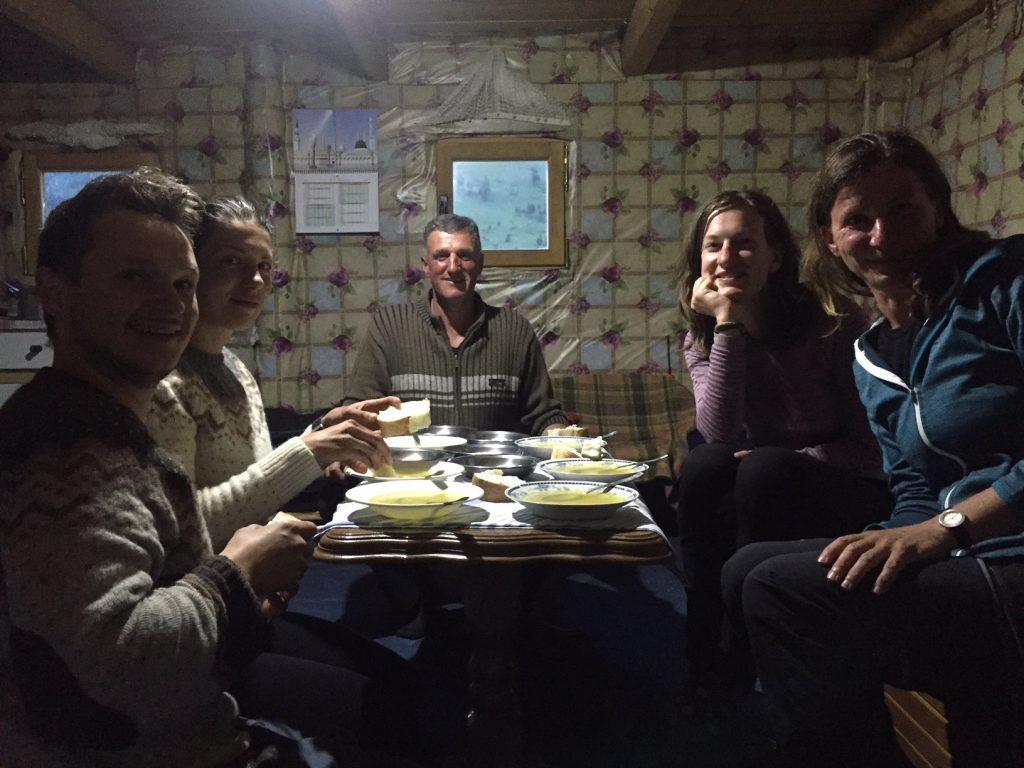 In einer Hütte auf dem Peaks of the Balkans.