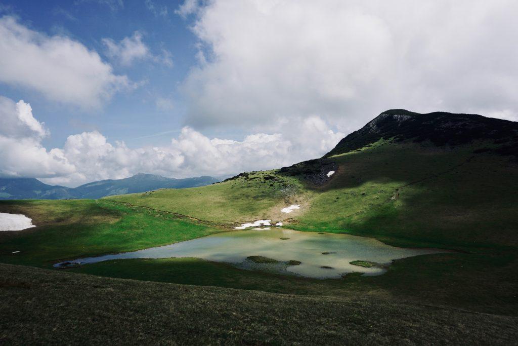 Gebirgsaussicht mit See auf dem Peaks of the Balkans.