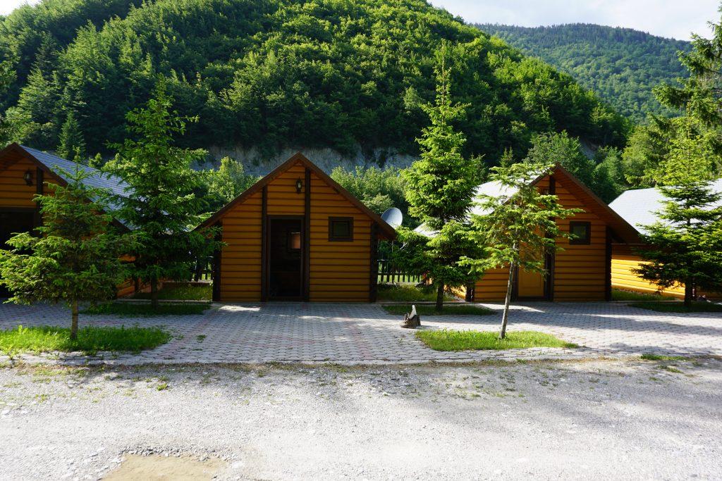 Holzhütten als Bungalow-Anlage auf dem Peaks of the Balkans.