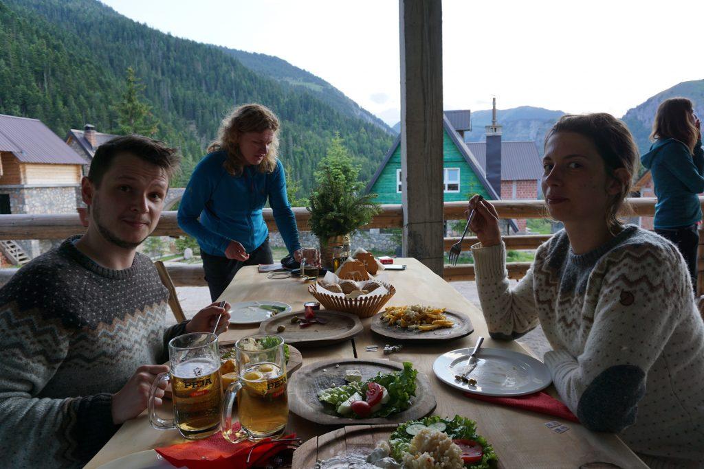 Traditionelles Essen auf dem Peaks of the Balkans.