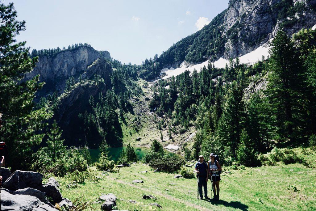 Trekker posieren für ein Foto auf dem Peaks of the Balkans.