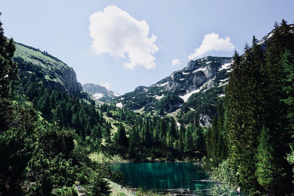 Gebirgsaussicht auf dem Peaks of the Balkans mit blauem Himmel.
