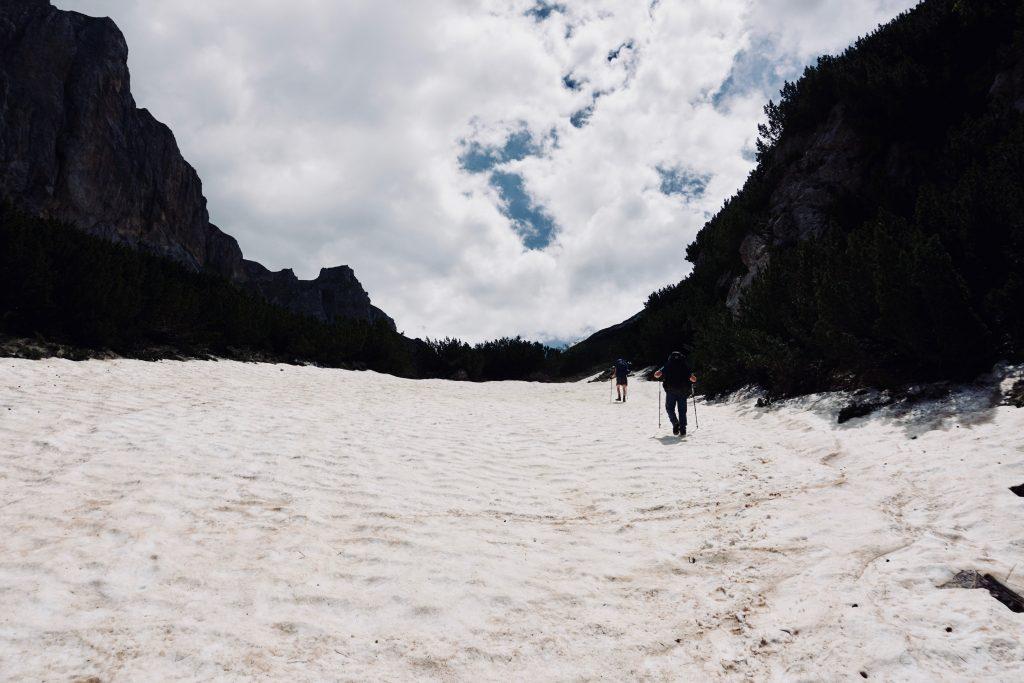 Ein Schneefeld auf dem Peaks of the Balkans.