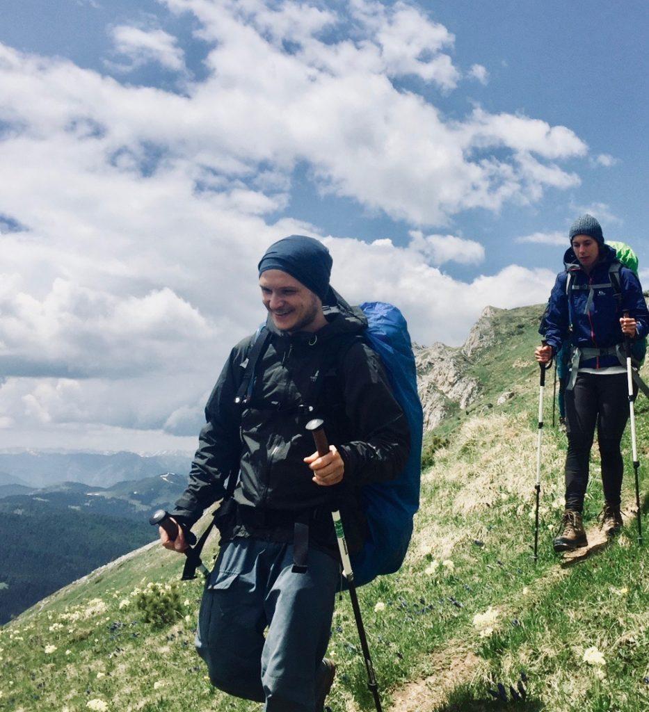 Zwei Trekker mit Rucksäcken auf dem Peaks of the Balkans.