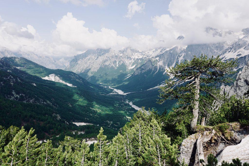 Gebirgsaussicht vor blauem Himmel auf dem Peaks of the Balkans.